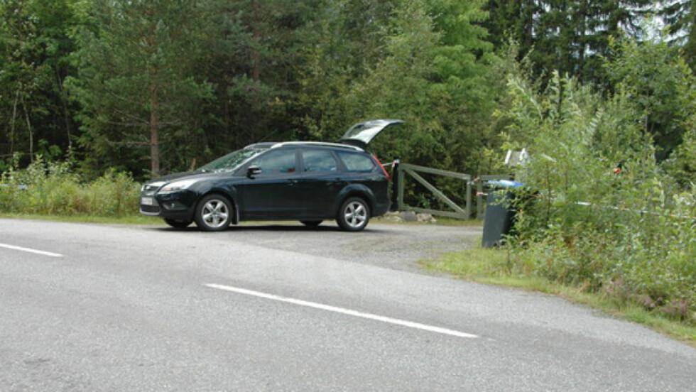 REKONSTRUKSJON:  Et vitne mener å ha sett to personer og en bil ved innkjøringen til Breiviks gård rundt midnatt to dager før terrorangrepene. Bildet er fra en rekonstruksjon politiet gjorde sammen med vitnet i august.