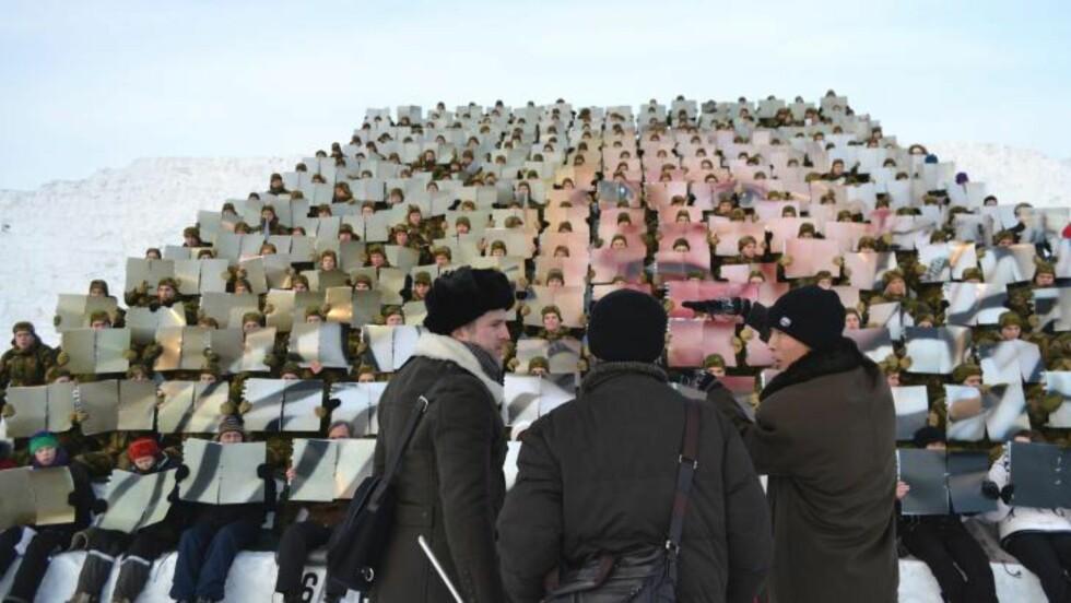 REKORDBILDE AV SØNNEN: Før lørdagens oppsetning, hadde Traavik og de nordkoreanske Arirang-instruktørene hatt to øvingskvelder med «de menneskelige pikslene». Det er kunstneren som har valgt motivene i bildeserien, dette er av hans seks måneder gamle sønn Tage. Foto: Bjørn S. Kristiansen