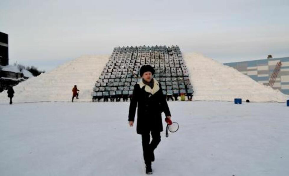 KUNSTNERISK LEDELSE: Traavik ledet øvelsene sammen med de nordkoreanske instruktørene i dagene før festivalen. Foto: Bjørn S. Kristiansen