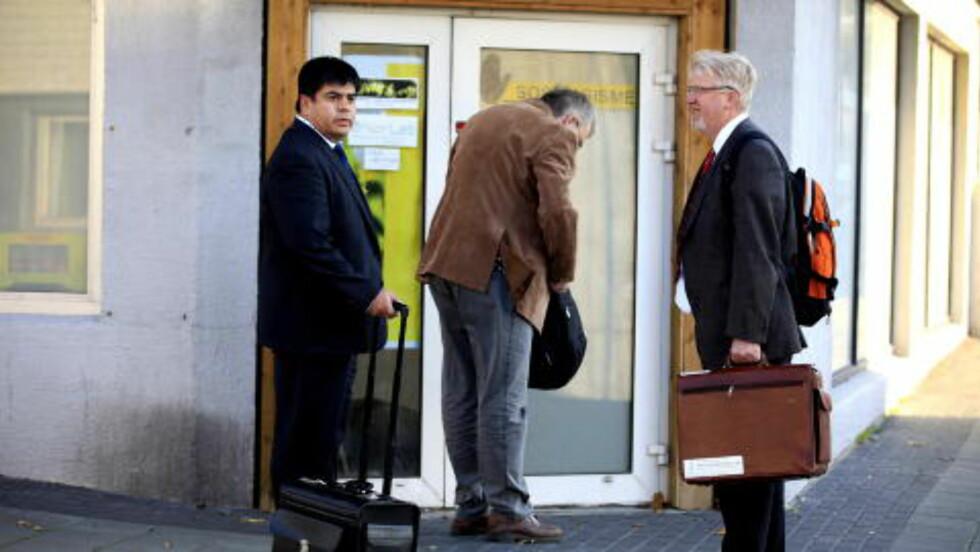 KONTORER I HAUGESUND: Daglig leder og hovedkasserer Kjell Gunnar Larsen (55) sammen med sine advokater Arne Heistad (t.h.) og Peter Skarbøvig. Foto: Jacques Hvistendahl