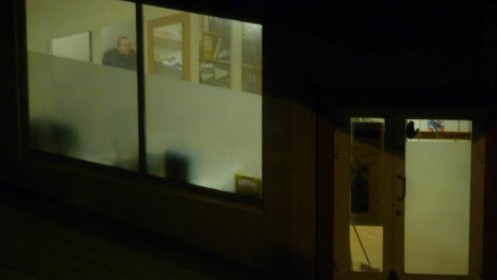 HEKTISK KVELDSJOBB: Flere sentrale personer i SOS Rasisme var tilstede i organisasjonens lokaler 28. oktober da Frantzen hevder at medlemslister ble forfalsket. - Ja, det er meg, sier Frantzen når han ser dette bildet tatt av Dagbladet samme kveld. Foto: Eiliv Frich Flydal / Dagbladet
