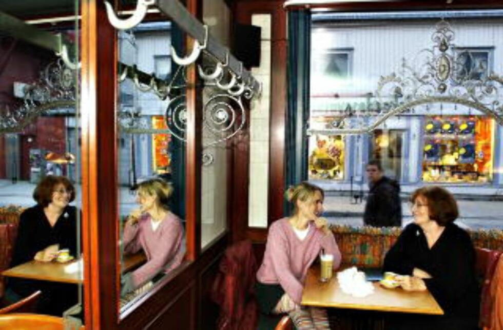 KAMMERTRAVERE: Tove Myhre og Olava Bidtnes har vært månedens poet i Diktkammeret flere ganger, og begge har gitt ut egne diktsamlinger. Foto: Truls Brekke/Dagbladet