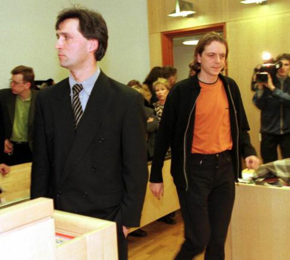 AUF-SAKEN: Nåværende statsminister, men den gang tidligere statsråd og tidligere leder av AUF, Jens Stoltenberg vitnet i i AUF-rettsaken i Oslo Tinghus på 90-tallet. Tiltalte Anders Hornslien, som passerer bak ryggen til Stoltenberg, ble dømt i saken.  Frantzen hevder samme metoden for medlemsjuks er brukt igjen. Scan-Foto: Tor Richardsen.