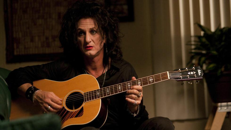 FORSIKTIG OG OUTRERT: Sean Penn gjør en ordentlig kul rolle i som nedstemt eksrocker i roadmovien «This Must Be The Place».