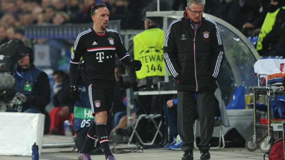 BYTTET UT: Franck Ribery (t.v) ønsket ikke å takke Bayern-trener Jupp Heynckes for kampen da franskmannen ble tatt av midtveis i 2. omgang. Foto: AFP/CHRISTOF STACHE