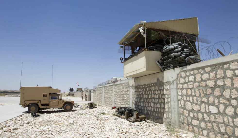 AMPERT : 150 til 200 steinkastende demonstranter har samlet seg på utsiden av den norske campen i Meymaneh i Afghanistan. Foto: SCANPIX