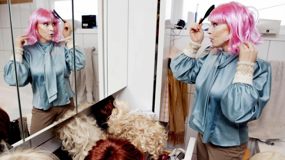 ROSA LOKKER: Etter at kreften tok håret hennes har Lise Askvik (42) skaffet seg åtte parykker; alt fra fornuftig «lærerhår» til Lady Gaga- og Marilyn Monroe-look. —Når ellers slipper man unna med rosa hår, sprudler den superblide P4-programlederen. Foto: Elisabeth Sperre Alnes/Dagbladet