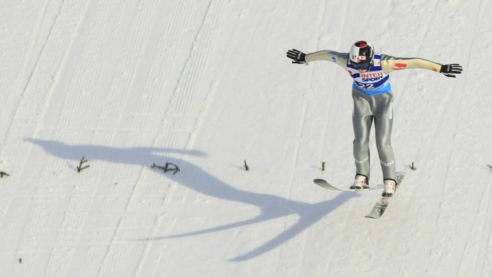 TIDENES NEST LENGSTE: Her går Anders Fannemel inn for landing på en lengde bare Johan Remen Evensen har overgått. 244,5 meter gir mersmak og selvtillit foran dagens lagkonkurranse.Foto: Lise Åserud / Scanpix