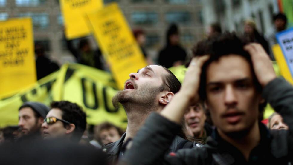 WALL STREET OG NORGE: «Det er de vanlige arbeidsfolka og deres «pøbelvenner» som betaler prisen for at fellesskapet nå betaler regninga for en finansøkonomi ute av kontroll,» skriver kronikkforfatteren. Her fra Occupy Wall Street-protestene. Foto: Mario Tama/Getty Images/AFP/Scanpix