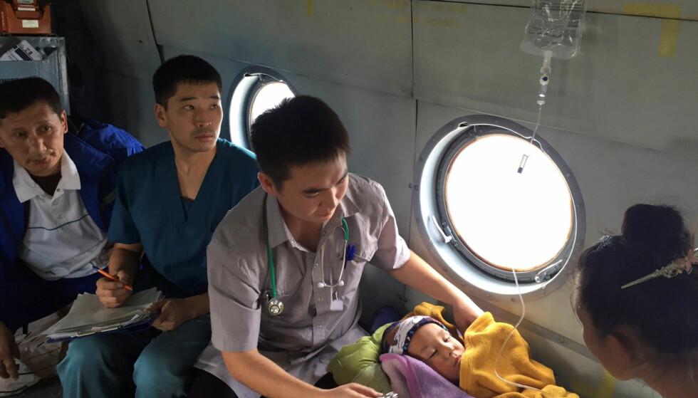 BEHANDLING: I helikoptret som fraktet Tsering i sikkerhet, mottok han også behandling. Foto: Russiske myndigheter / Reuters / NTB Scanpix