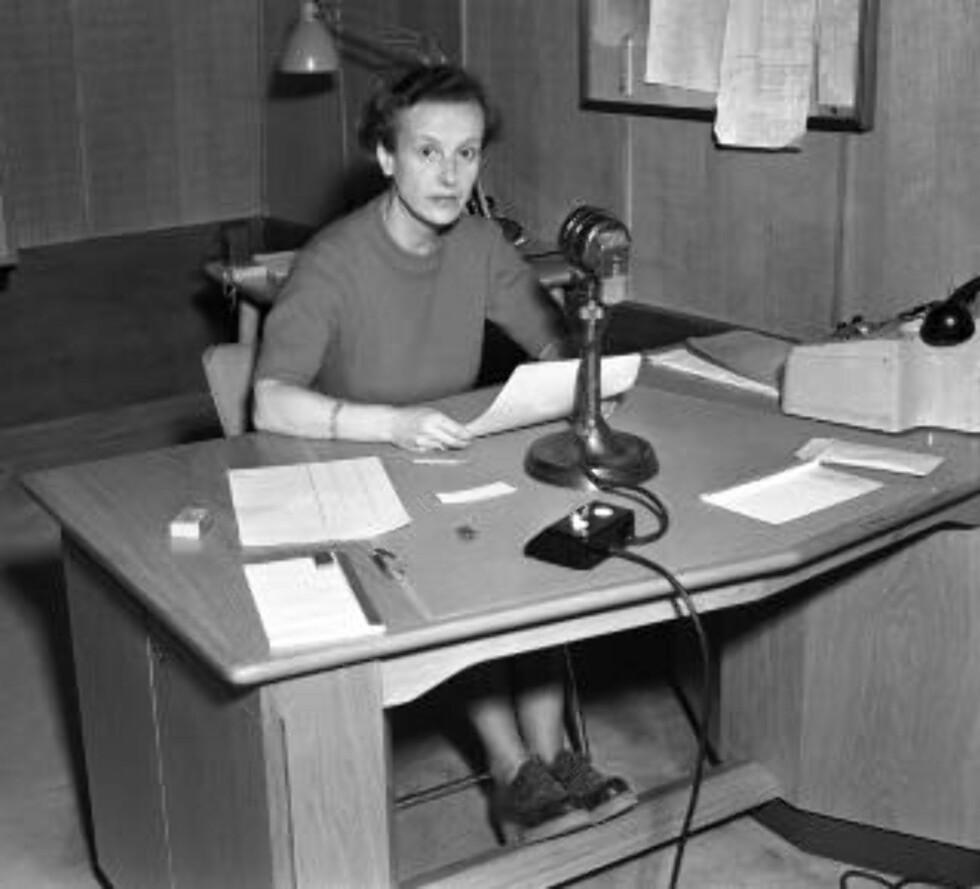 DEN GANG DA:  Her er programannonsør Lille Graah i NRK i 1950 med manus og mikrofon. Foto:  NTB / Scanpix