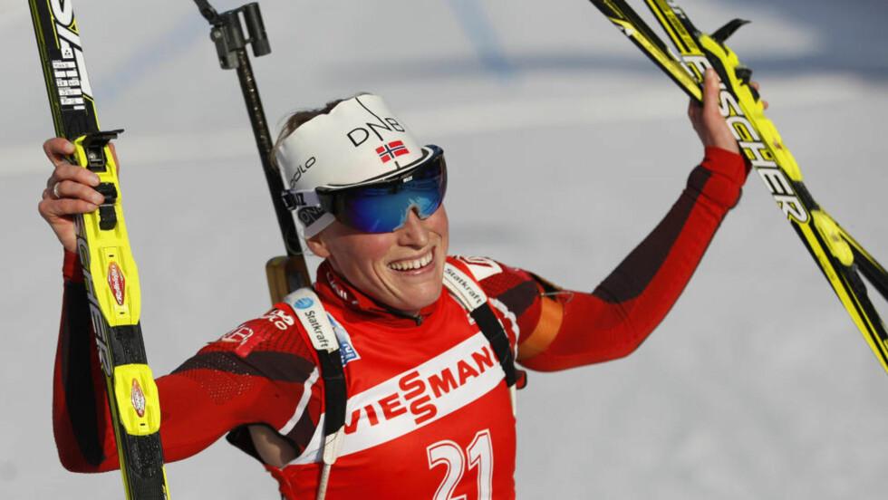ENDELIG VM-GULL: Tora Berger har kjempet i toppen mange ganger, men for første gang gikk hun helt til topps i et individuelt VM-løp. Og det i selveste Ruhpolding, gjerne omtalt som «skiskytingens Mekka». Foto: Matthias Schrader, AP/Scanpix