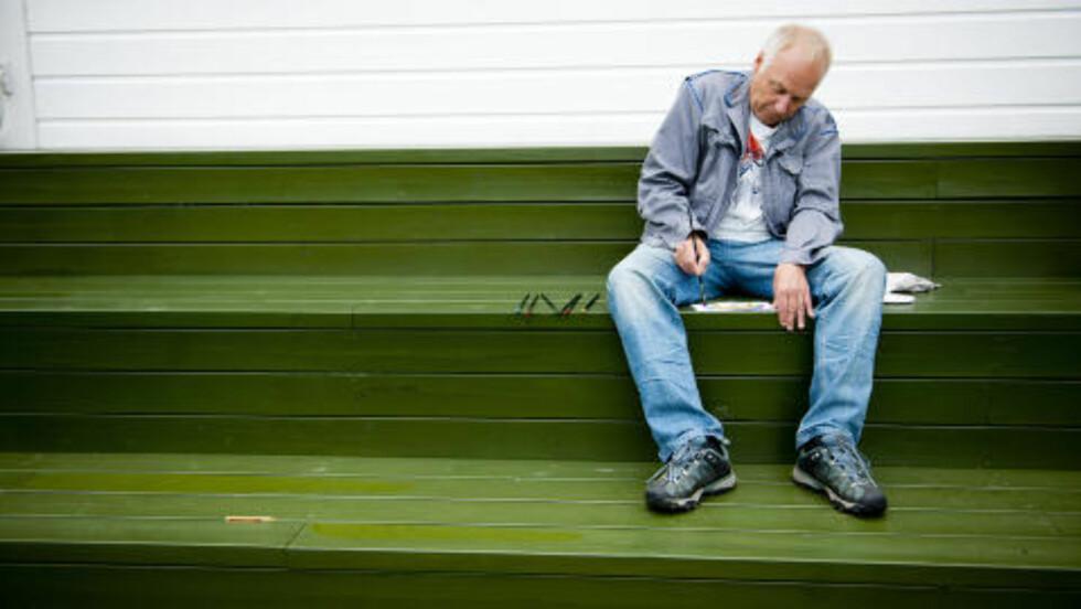 ALENE: Øystein Dolmen maler og mediterer gjerne. Foto: TV2