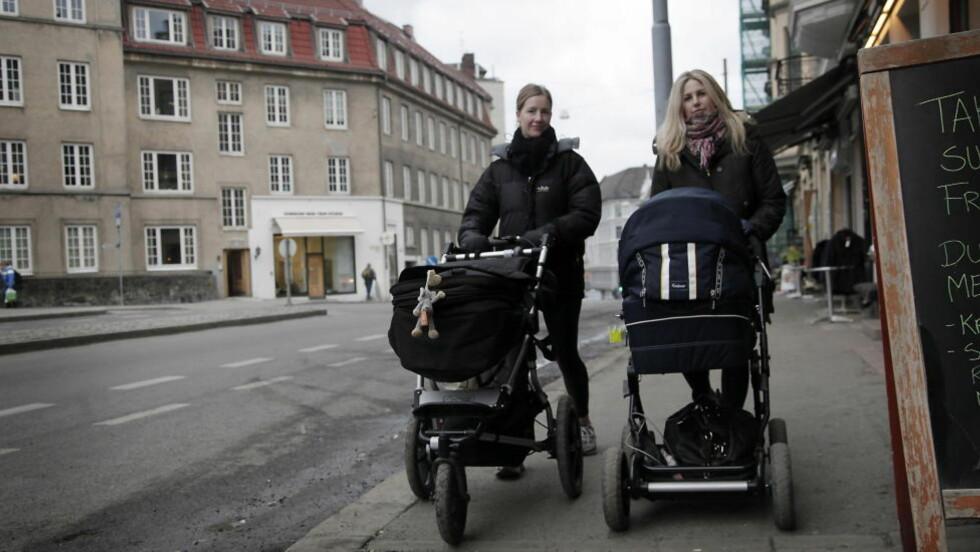 MAMMAPERM: Christine Dickens (til venstre) og Siren Ellensen er hjemme i mammaperm med barna Celia (i venstre barnevogn) og Olav, som begge er tre og en halv måned. De har ikke noe lyst til å jobbe deltid mens barna er små, slik mange norske mødre gjør.  Foto: Erling Hægeland