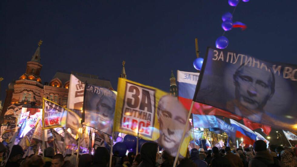 Vladimir Putin ble valgt til president igjen, og tilhengerne vifter med seierens faner. Men hvem er han egentlig? Hvor kommer han fra? Prøver han å gjenskape Sovjetunionen i KGBs bilde? Ny biografi letter på sløret. FOTO: AP/Sergei Grits