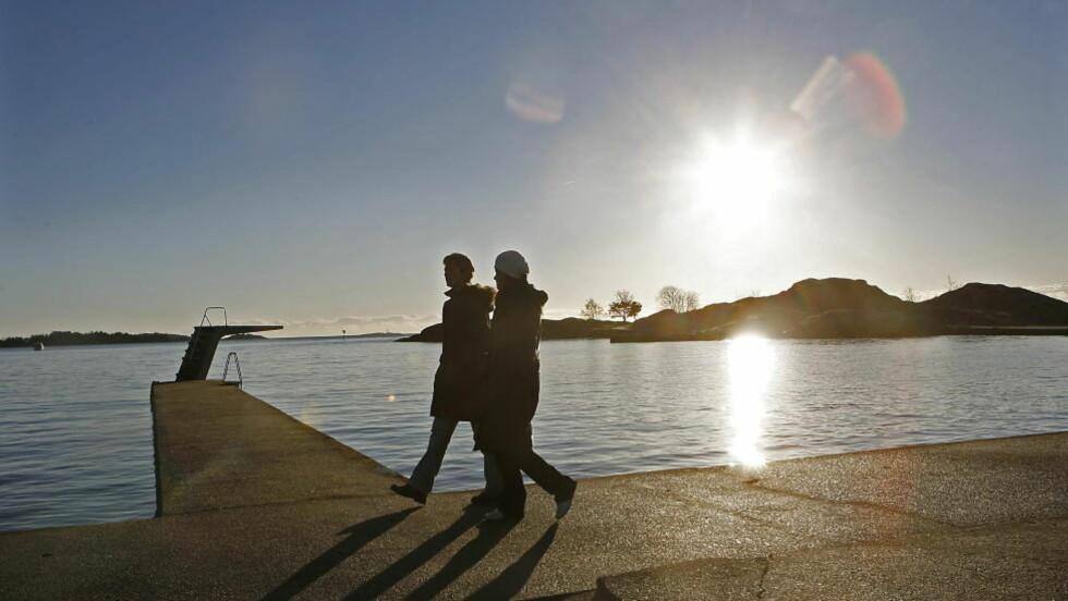 MILDVÆR: Det blir ikke så mildt at du kan kaste jakka, men ifølge meteorologene vil mye snø smelte i løpet av den kommende uka.  Dette bildet er fra Bertesbukta i Kristiansand.  Foto: ERLING HÆGELAND/DAGBLADET