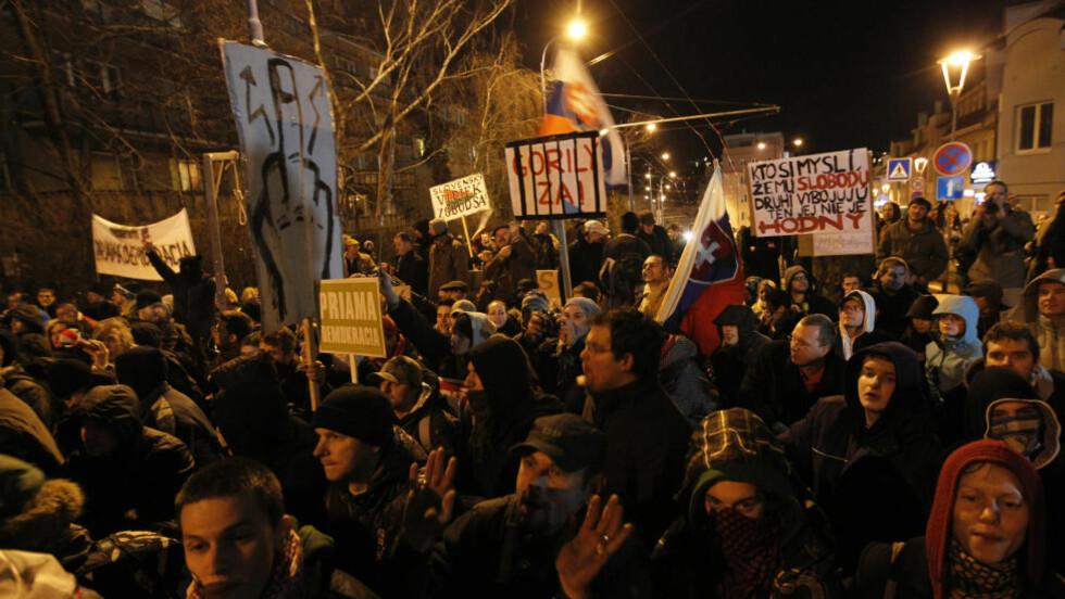 KORRUPSJONSPROTEST: Her demonstrere folk mot korrupsjonsavsløringene. Foto:    REUTERS/Petr Josek/Scanpix