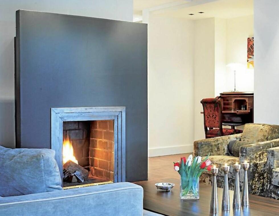 FREM I LYSET. Interiørdesigner Lone Schrøder Haagensen malte peisen i matt svart S 8000-N for at den skulle bli til en skulptur i rommet. Svartfargen fremhever innrammingen. FOTO: Margaret M. de Lange