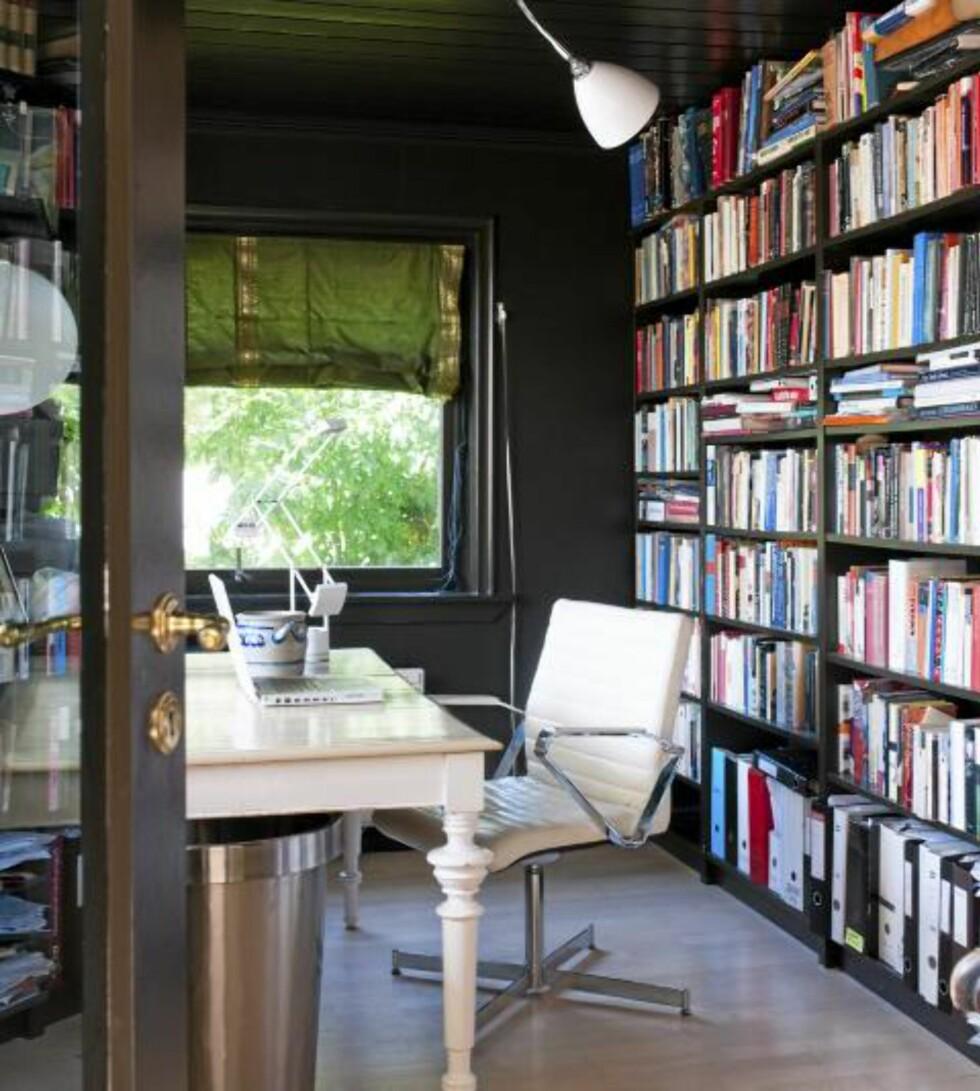 KONTRAST: Arbeidsrommet er malt i svart mens skrivebordet og kontorstolen skiller seg ut i hvitt. © FOTO: Espen Grønli