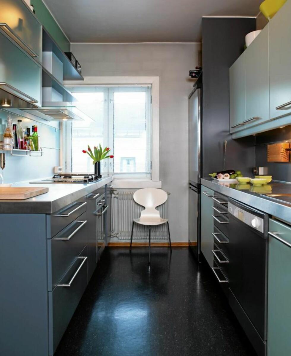 BLANDET. Eieren av dette kjøkkenet har mikset svarte flater med grått og dus grønn. Sammen med beige og pastellfarger blir svart mykere enn når den kun brukses sammen med hvitt. © FOTO: Espen Grønli
