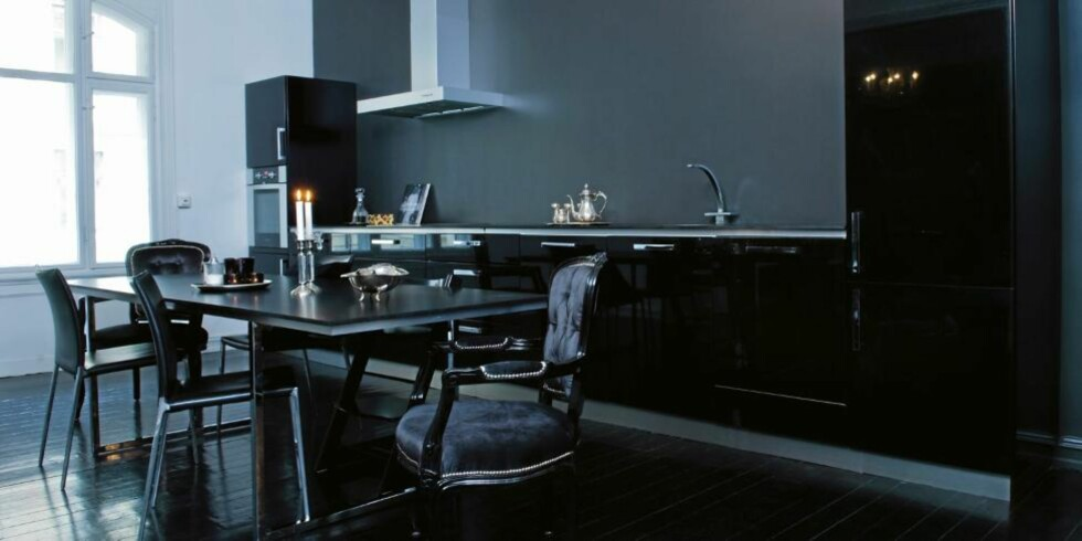 SVART SOM NATTEN: Svart gir dybde til interiøret og den er lett å kombinere med andre farger. © FOTO: Maria Reme