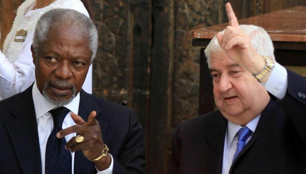 DISKUTERTE: Kofi Annan (v.) og den syriske utenriksministeren Walid Muallem møtte hverandre til en offisiell lunsj i Damaskus i dag etter at Annan hadde hatt et over to timer langt møte med Syrias president Bashar al-Assad. Målet med møtene er å få stanset angrepene mot sivilbefolkningen i Syria. FOTO: AFP/LOUAI BESHARA