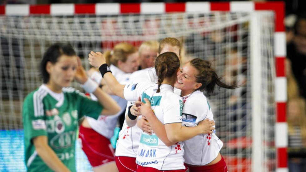 TIL SEMI:  Amanda Kurtovic (t.h) og Thea Mørk jubler etter seieren mot Györ.  Foto: Fredrik Varfjell / Scanpix