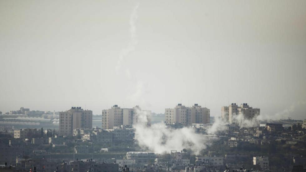 VARSLER NYE ANGREP:  Røyk fra palestinsk rakettere som ble avfyrt mot israelske mål i går. FOTO: REUTERS/Amir Cohen/SCANPIX.