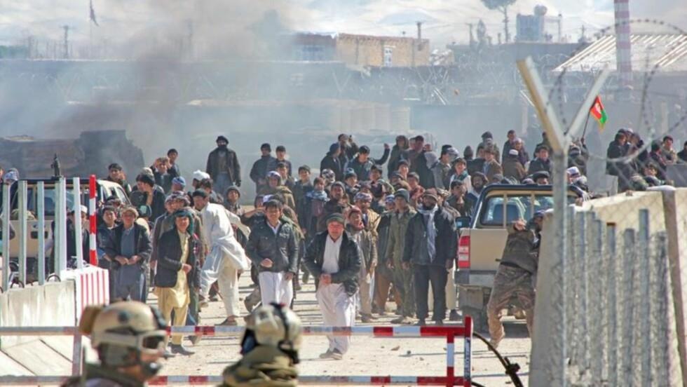 ILLSINTE DEMONSTRANTER : Mellom 150 til 200 demonstranter angrep den norske Afghanistan-basen i Meymaneh i Februar. Nå har forsvaret publisert bilder av de illsinte, steinkastende demonstrantene. Foto: FORSVARET