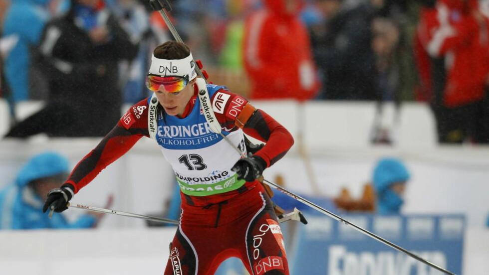 DOMINO-EFFEKT: Synnøve Solemdal falt, og tok med seg 10-15 løpere i fallet. Foto: Håkon Mosvold Larsen / Scanpix