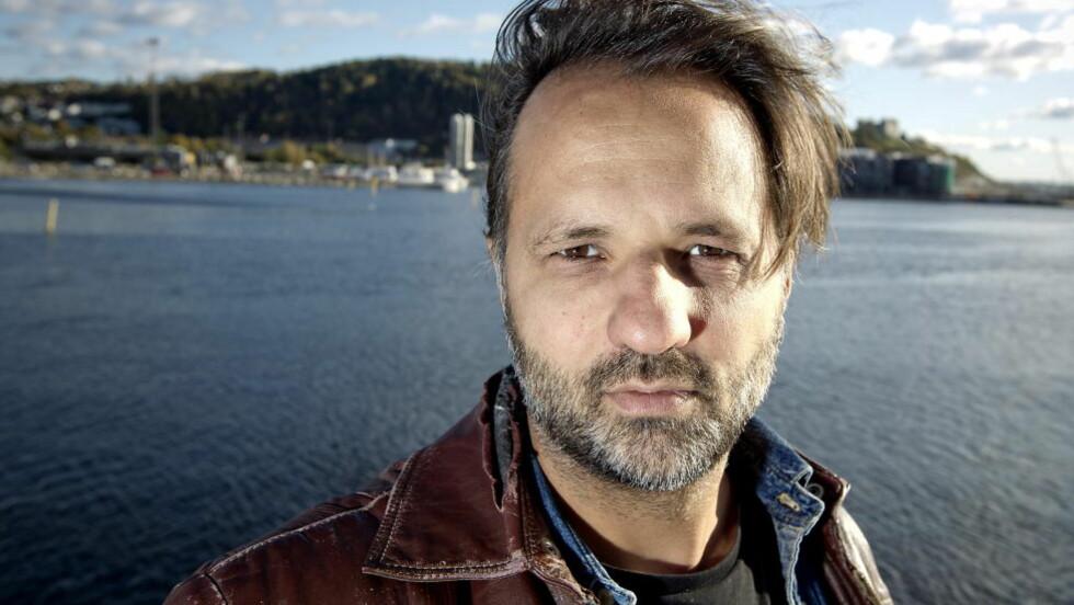 REAGERER: Etter å ha uttalt seg kritisk i Aftenposten mottok Ulrik Imtiaz Rolfsen en hetsende sms fra en NRK-ansatt.  Foto: Bjørn Langsem / Dagbladet.