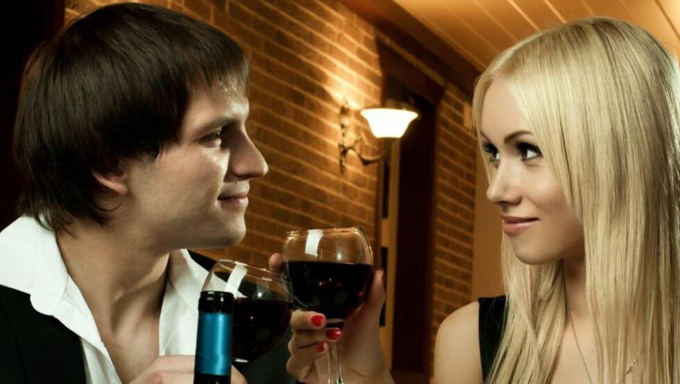 ROMANTIKK MED VIN: Ikke del vinflaska likt. En ekte gentleman drikker alltid mer enn kjæresten.  Illustrasjonsfoto: Colourbox.com
