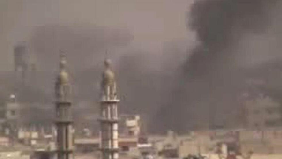 NYE BOMBEANGREP: Dette bildet hentet fra en YouTube-video viser angivelig nye bombeangrep mot nabolagene Rifai and Karm al-Zeitun i Homs i Syria i går. Foto: AFP PHOTO / YOUTUBE