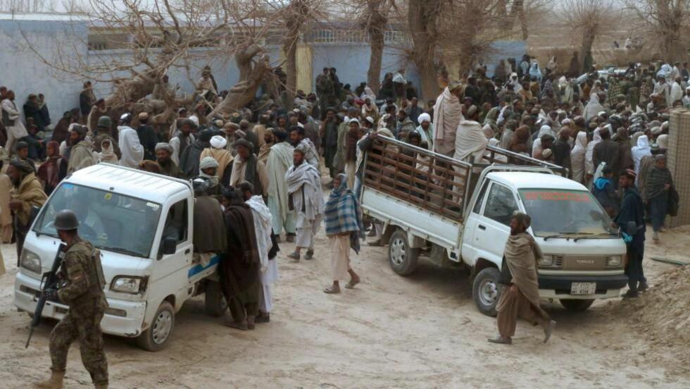 16 SIVILE DREPT: En amerikansk soldat skjøt og drepte 16 sivile i Afghanistan natt til søndag. Her forbereder landsbybeboerne seg på å frakte vekk ofrene. Foto: AFP PHOTO/JANGIR