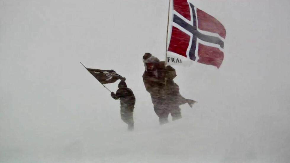 HEDRET AMUNDSEN: Jarle Andhøy og Samuel Messie ble ikke med «Berserk» på dens siste ferd. De dro til Sydpolen der de plantet det norske flagget til ære for 100-årsjubileet for Roald Amundsens ekspedisjon. Foto: TV Norge.