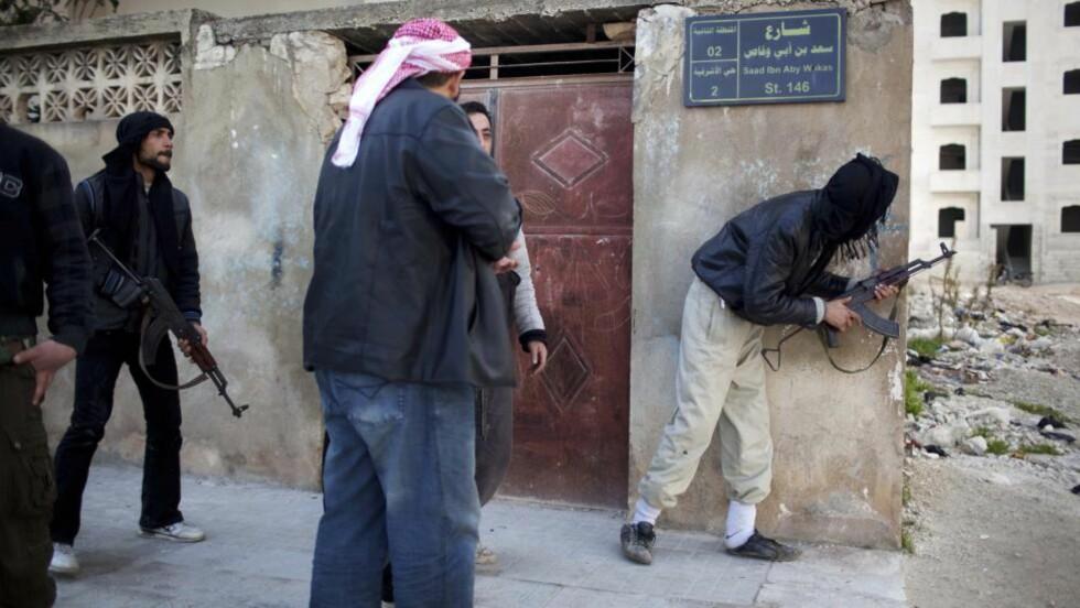 HARDE KAMPER: Soldater fra opprørsstyrkene i kamp mot regjeringsstyrkene i byen Idlib, nord i Syria, i helga. Foto: AP Photo/Rodrigo Abd