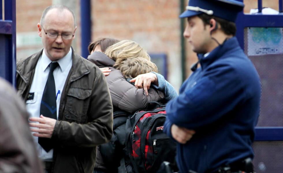 BUNNLØS SORG: Pårørende søker trøst hos hverandre foran skolen i den flamske byen Heverlee, der en av de ulykkesrammede skoleklassene er hjemmehørende. Foto: OLIVIER HOSLET / DAGBLADET