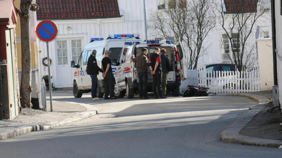 PÅGREPET:  De to mennene som er mistenkt for væpnet gullsmedran i Sandefjord i dag, ble pågrepet noen hundre meter unna Gullsmed Haakonsen en drøy time etter ranet. FOTO: LASSE LJUNG, NYHETSFOTO.