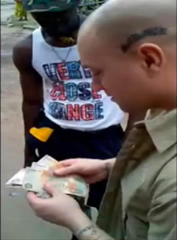 TELLER PENGER: Nick Greger under et besøk i Kongo, der han har jobbet for diamanthandlere. Foto: Privat/ fra video