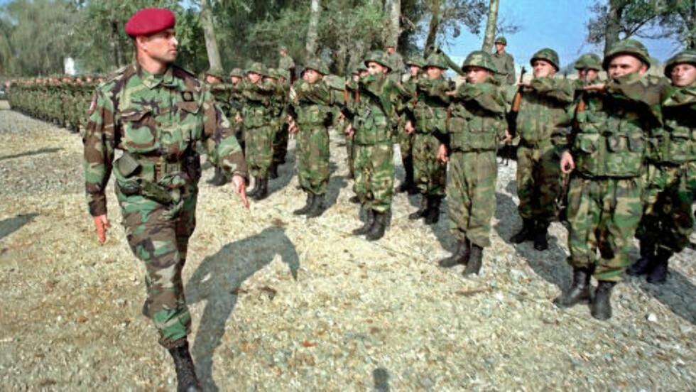 HYLLES: Den drapsdømte serbiske politikommandøren Milorad Ulemek (t.v.), en av Slobodan Milosevics beste menn. Foto: Scanpix