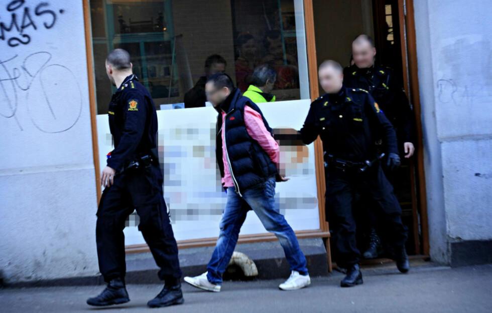 PÅGREPET:  Politiet gikk til aksjon mot 36-åringen fra Romerike da han ankom arbeidsplassen i dette reisebyrået på Tøyen onsdag morgen. Inne i lokalet ble han kroppsvisitert, før han ble ført bort i håndjern til en sivil politibil. Foto: JACQUES HVISTENDAHL