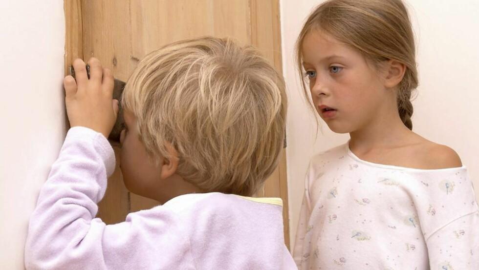 TATT PÅ FERSKEN: Det kan være pinlig dersom barna dine kommer inn på soverommet under en hyrdestund, men barnepsykolog oppfordrer foreldre til å snakke med barnet umiddelbart. ILLUSTRASJONSFOTO: Colourbox