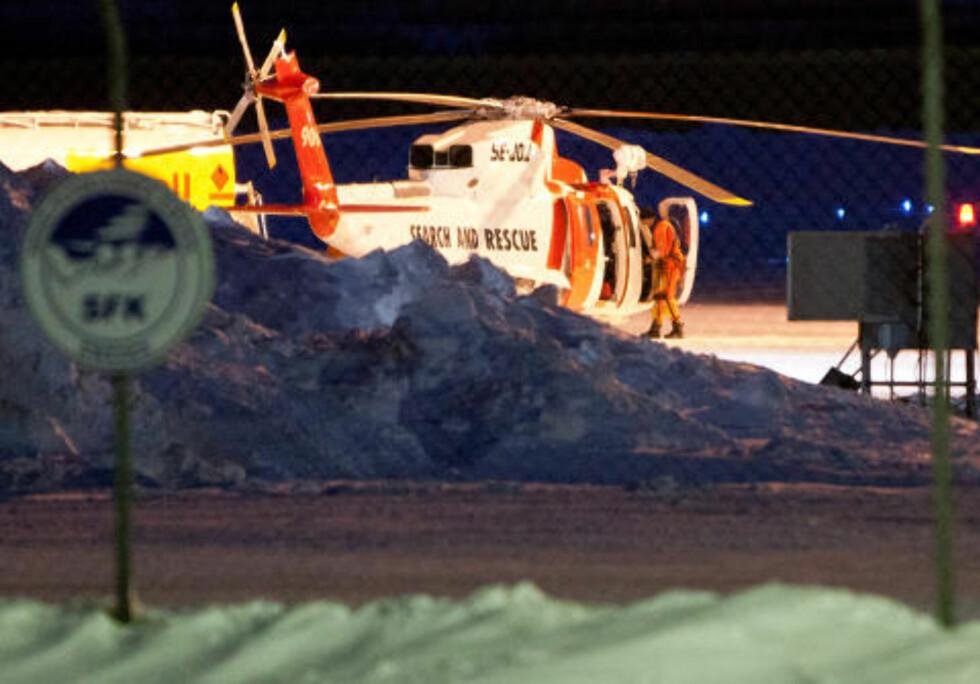 KIRUNA, SVERIGE 20120315. Et svensk redningshelikopter som deltar i letingen etter et savnet norsk Hercules-fly, fyller drivstoff på flyplassen i Kiruna torsdag kveld.  Foto: Fredric Alm / Scanpix