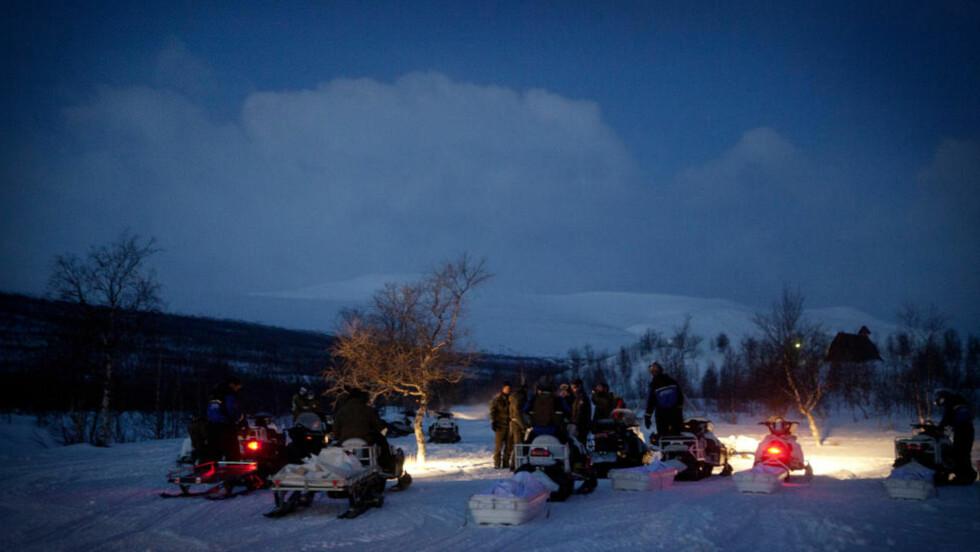 NYE STYRKER:  I grålysningen i dag, like før 05, kom en ny ladning mennesker og materiell, som satte kursen inn i leteområdet mot Sveriges høyeste fjell mot Kebnekaise (bak i bildet og videre innover mot høyre). FOTO: ANITA ARNTZEN/DAGBLADET.