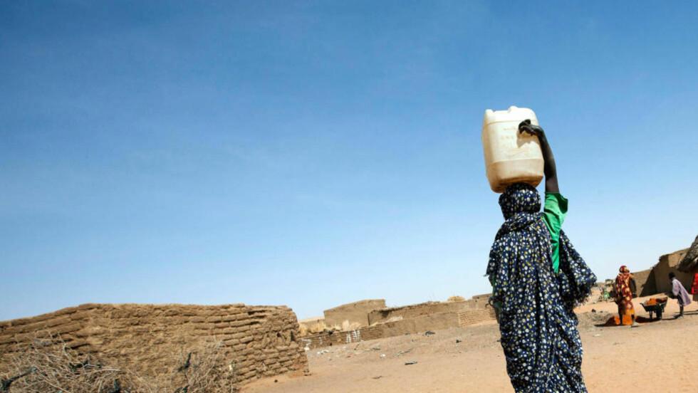 ENKLE TILTAK: Noe så banalt som en enkel solcelledrevet vannpumpe har gitt Enare og familien Haramo mer langsiktige muligheter til å klare seg gjennom tørkeperioder. Rent vann kan tappes 5 minutter unna jordhytten deres.  Illustrasjonsfoto: AFP