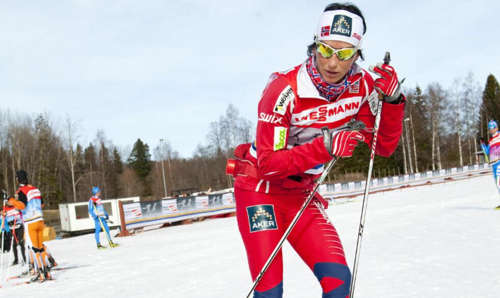 SUVEREN: Marit Bjørgen avslutter langrennssesongen på topp, i dag vant hun prologen opp Mördarbacken i Falun. Her under skitesting før start. Foto: ULF PALM / Scanpix