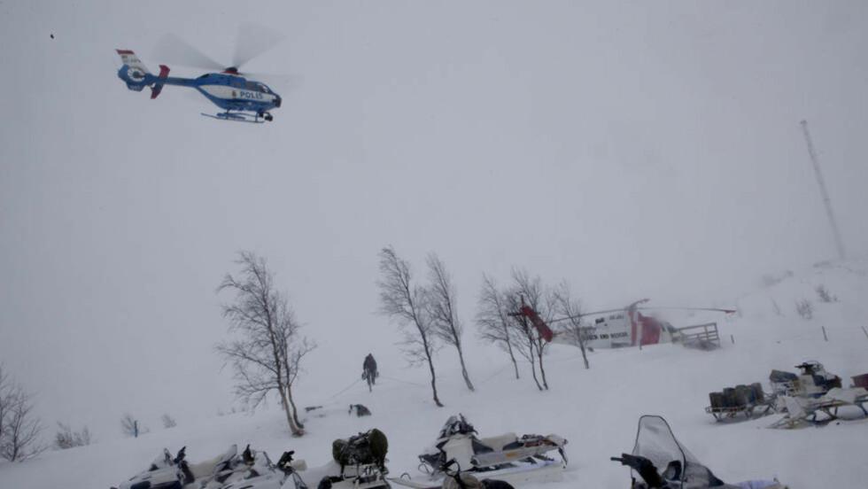 INTENSIV LETING: Store styrker i lufta og på bakken leter etter det norske Hercules-flyet i Nord-Sverige, men uværet gjør forholdene svært vanskelig. Foto: ANITA ARNTZEN