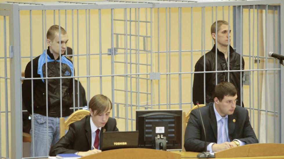 HENRETTET: Dmitry Konovalov (Lvenstre) og Vladislav Kovalyov i Minsk, etter at de blwe pågrepet for et bombeangrep i byen i fjor. Foto: REUTERS/Vasily Fedosenko