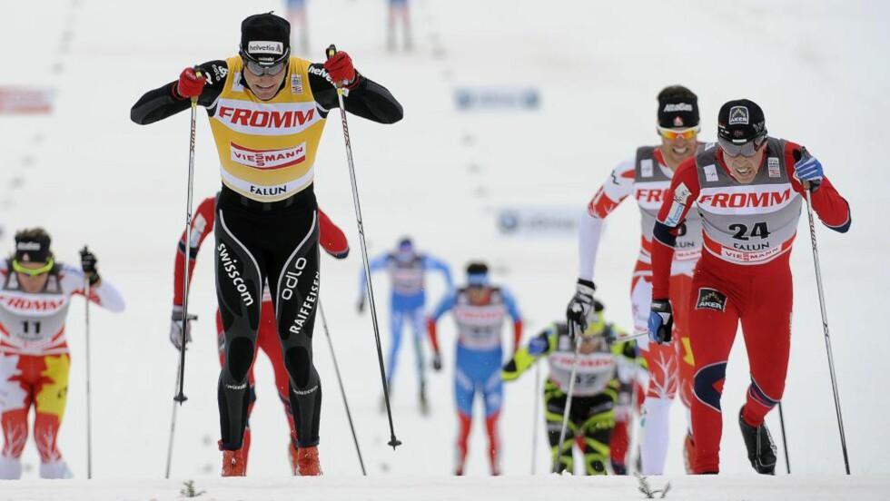 COLOGNA FØRST: For en uke siden avgjorde Eldar Rønning femmila i Holmenkollen på målstreken mot Dario Cologna. I dag var rollene byttet om på 15-kilometeren i Falun. Foto: Anders Wiklund, Scanpix