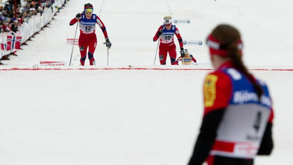 BANKET JOHAUG: Heidi Weng har lagt Therese Johaug bak seg i spurten og passerer målstreken som nummer to i Falun, kun slått av Justyna Kowalczyk. Foto: Jonathan Nackstrand/AFP/Scanpix